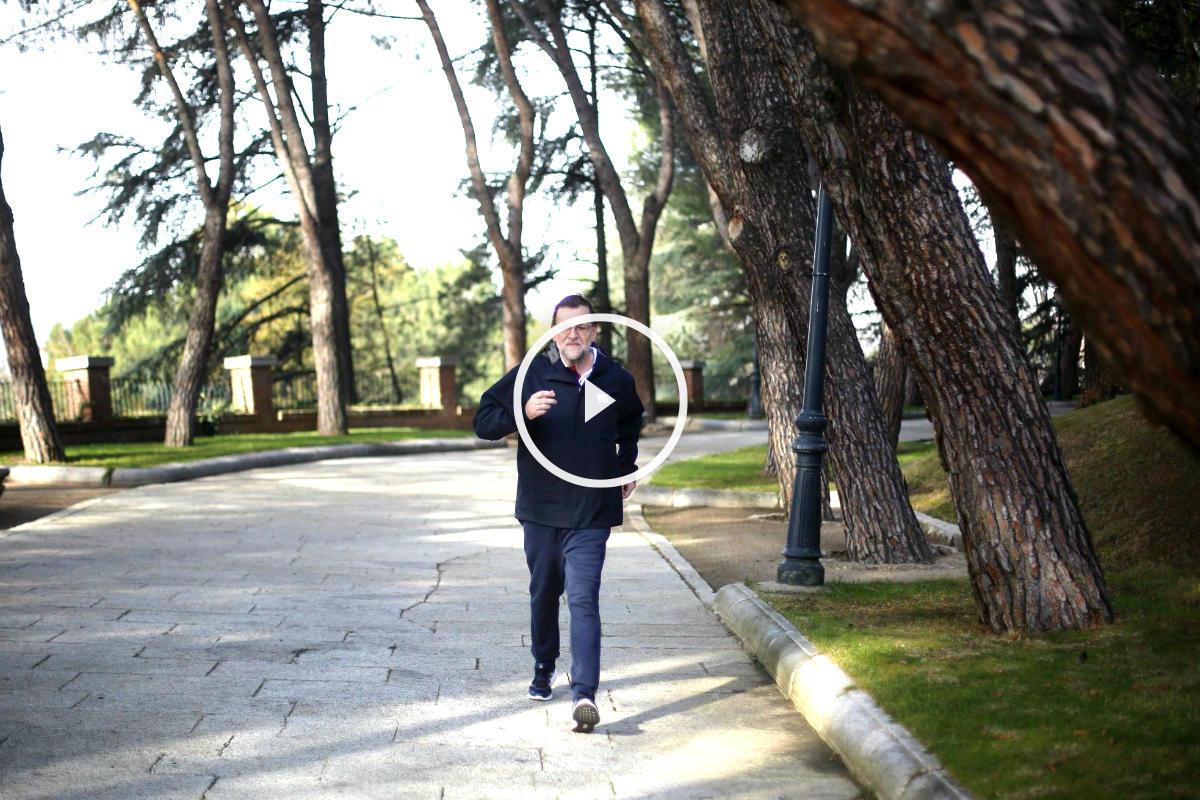Mariano Rajoy corriendo por los jardines de La Moncloa (Foto: Efe).