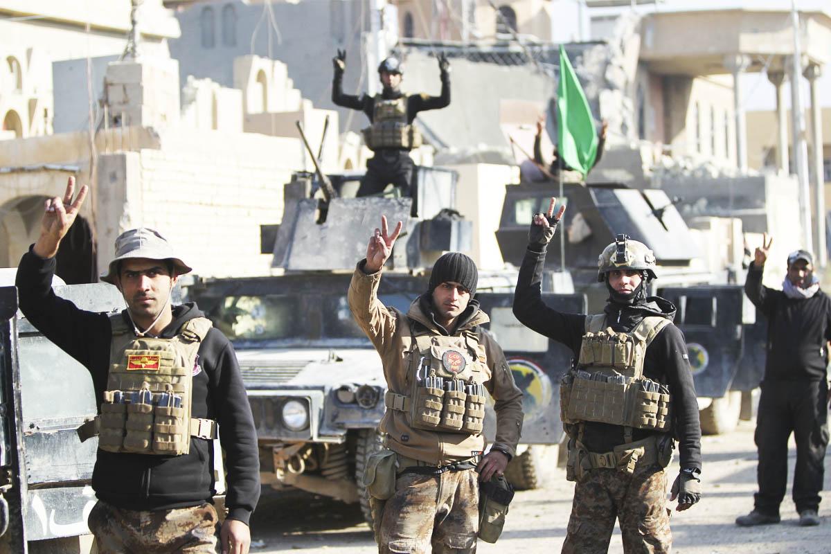 Soldados iraquíes hacen el signo de la victoria tras conquistar Ramadi al EI. (Foto: AFP)
