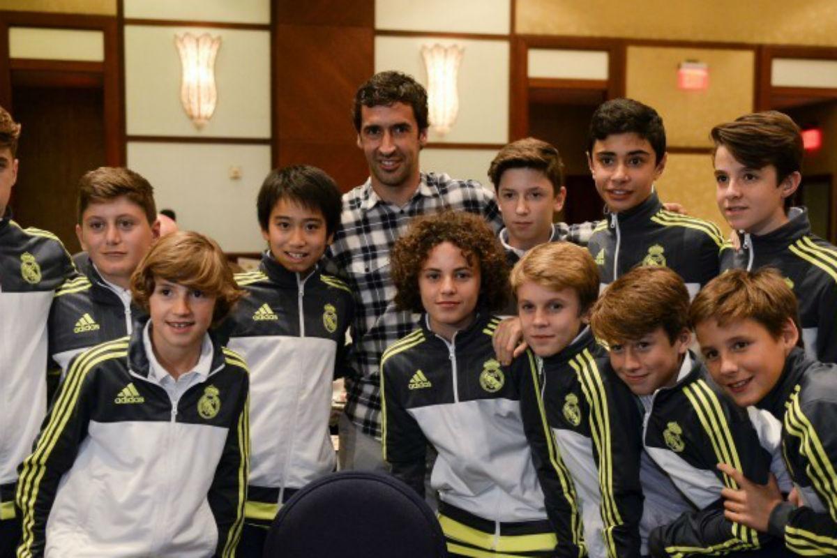 Raúl  posa con los jugadores del Real Madrid.