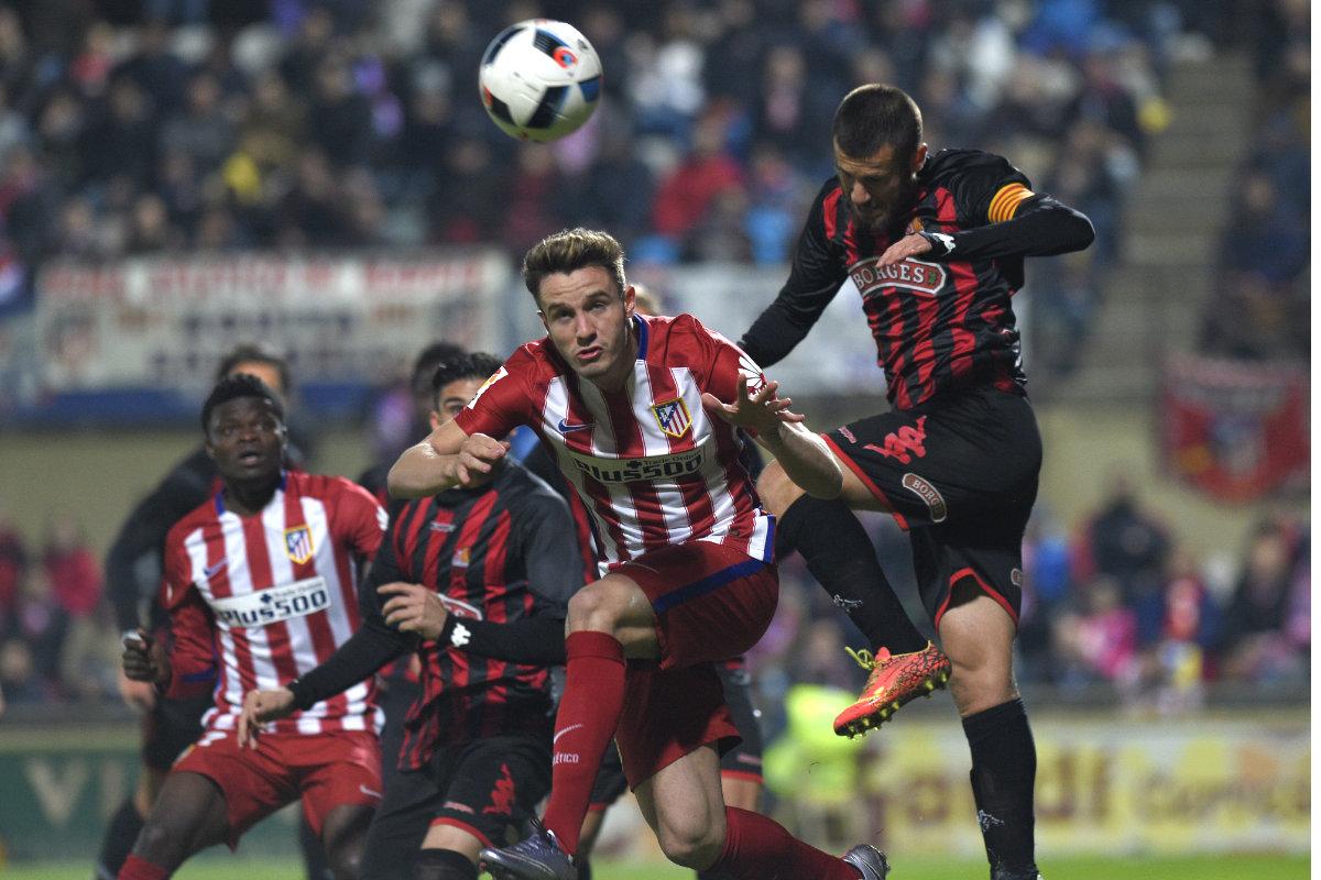 Saúl Ñíguez intenta despejar un balón aéreo en el partido ante el Reus. (AFP)
