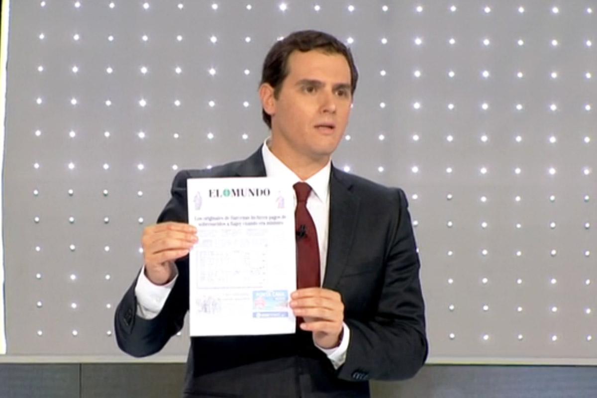 Rivera muestra la portada con los pagos a Rajoy como ministro.