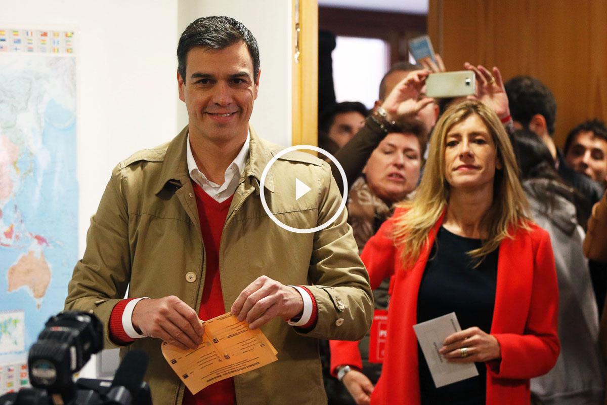 Sánchez vota junto a su mujer. (Foto: EFE)