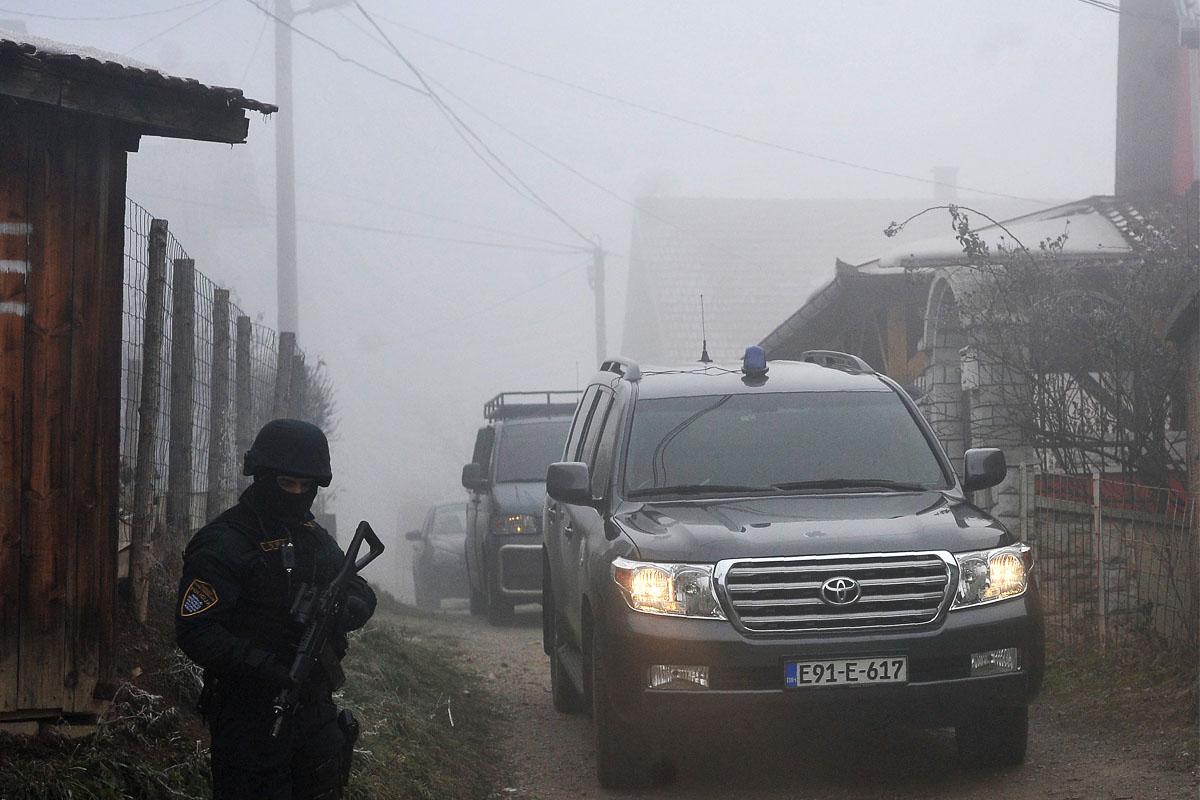Coches de la Policía bosnia en el suburbio de Sokolje donde detuvieron a 11 islamistas. (Foto: AFP)