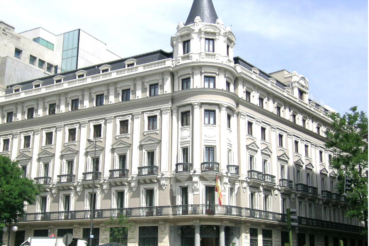 Fachada del edificio que alberga la sede de la CNMC en la calle Barquillo de Madrid.
