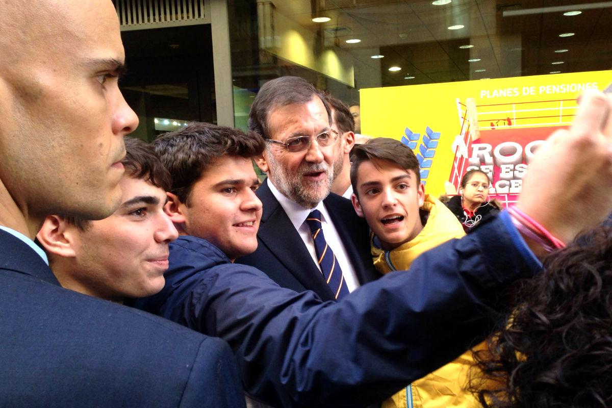 Mariano Rajoy posando para un selfie con unos vecinos de Ávila (FOTO:Okdiario)