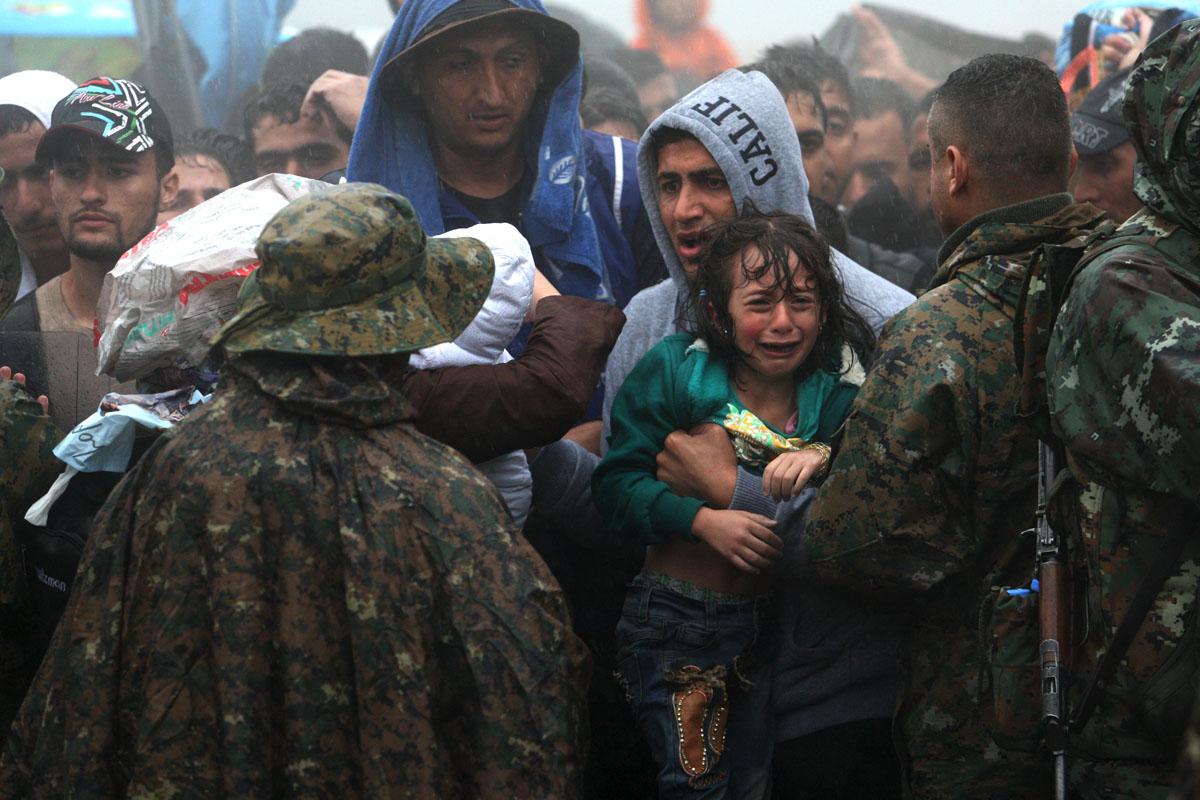Migrantes quieren cruzar la frontera entre Grecia y Macedonia. (Foto: Sakis Mitrolidis/AFP)