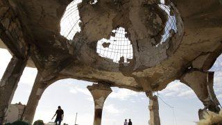 Capilla destrozada en el cementerio principal de Sirte. (Foto: AFP)