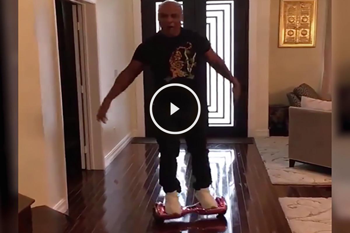 Mike Tyson acabó por los suelos probando su patinete eléctrico.