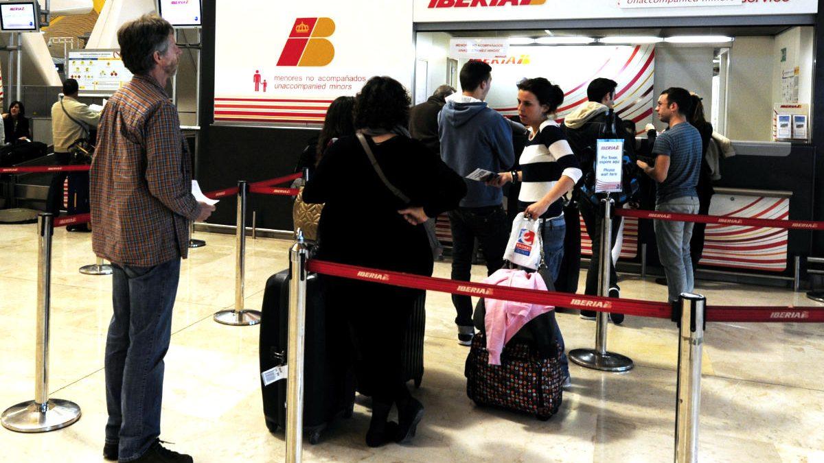 Un grupos de viajeros espera en un mostrador del aeropuerto Adolfo Suárez Madrid Barajas. (Foto: AFP/Archivo)