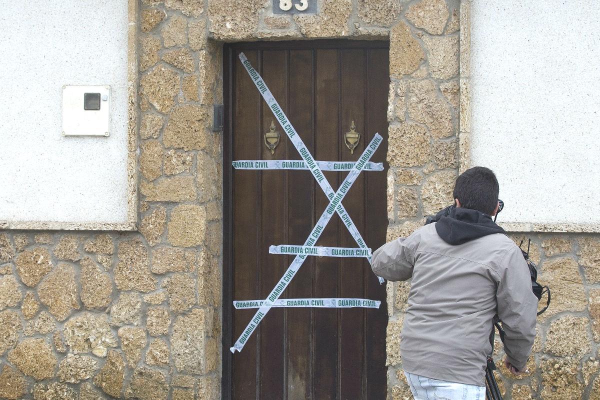 Un cámara graba imágenes delante de una vivienda en donde una mujer de 37 años ha sido asesinada (Foto. Efe)