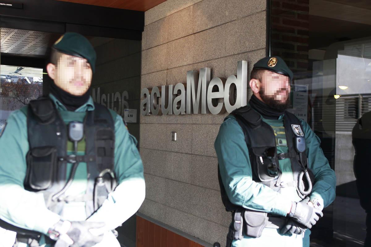 Fuerzas de seguridad custodian la sede de Acuamed (Foto: EFE)