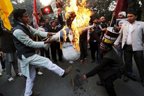 Iraníes protestando y quemando imágenes de la familia real saudí tras la ejecución del clérigo Al Nimr (Foto: Reuters)