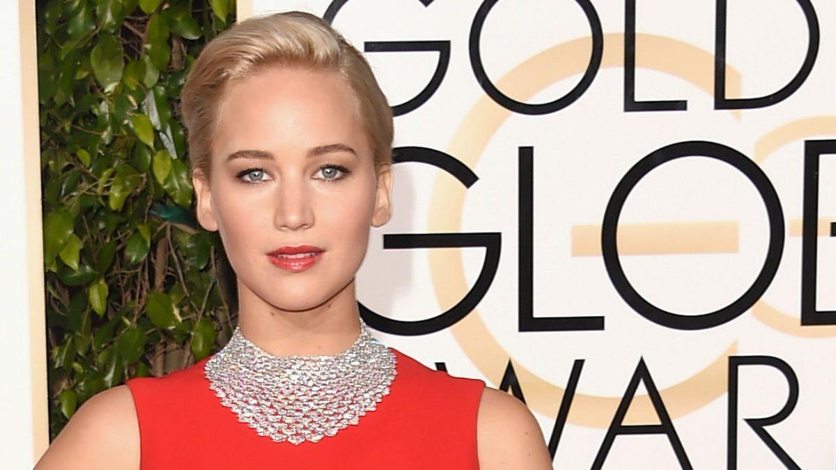 La actriz Jennifer Lawrence en la alfombra roja de la 73 edición de los Globos de Oro. (Foto: Getty)