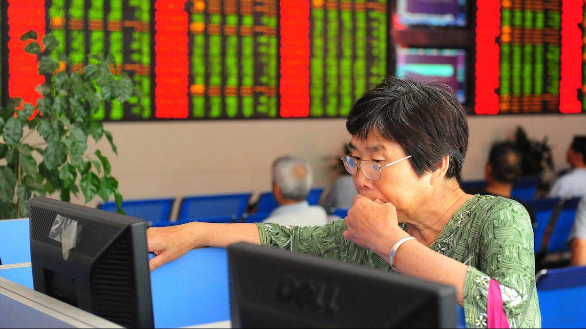 Una inversora china observa la evolución de la cotización de la Bolsa de Shanghai. (Foto: Getty)