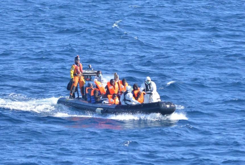 Imagen de los inmigrantes rescatados por militares españoles este lunes. (Fuente: Ministerio de Defensa)