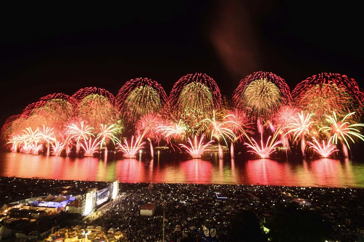 Impresionante castillo de fuegos artificiales en Copacabana. (Foto: AFP)