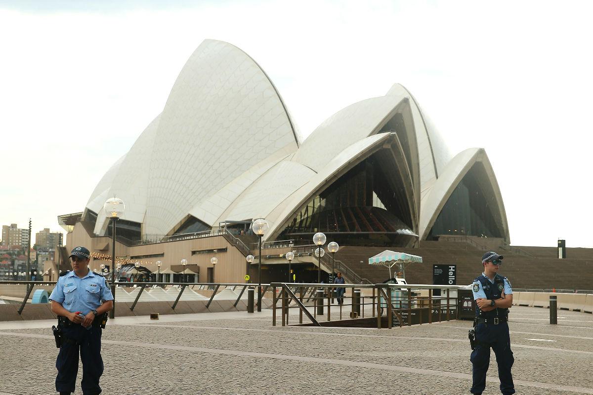 Imagen de la Casa de la Ópera de Sidney este jueves al ser desalojada por la policía australiana. Foto (Getty)