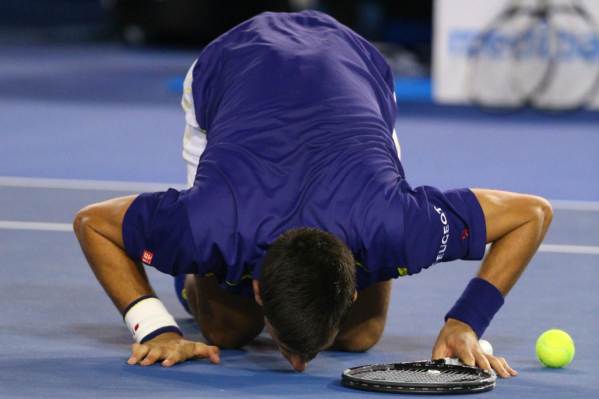 Djokovic besa el suelo del Melbourne Park. (Getty)