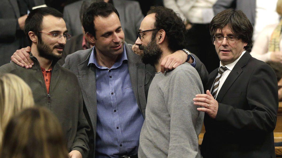 Diputados de CUP y ERC el día en que fue elegido president Carles Puigdemont.