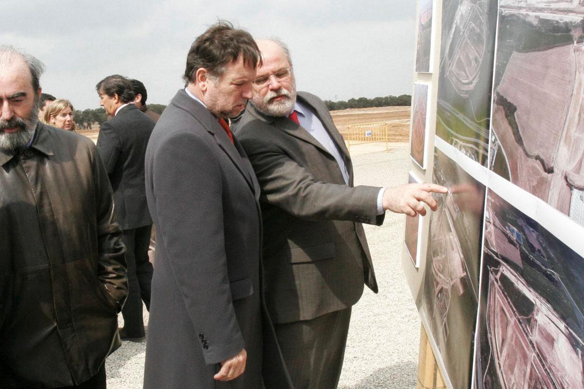 El ex presidente del Gobierno de Aragón, Marcelino Iglesias, observa las indicaciones de Carlos Escó sobre la ubicación de la Plataforma Logística de Huesca. (Foto: EFE)