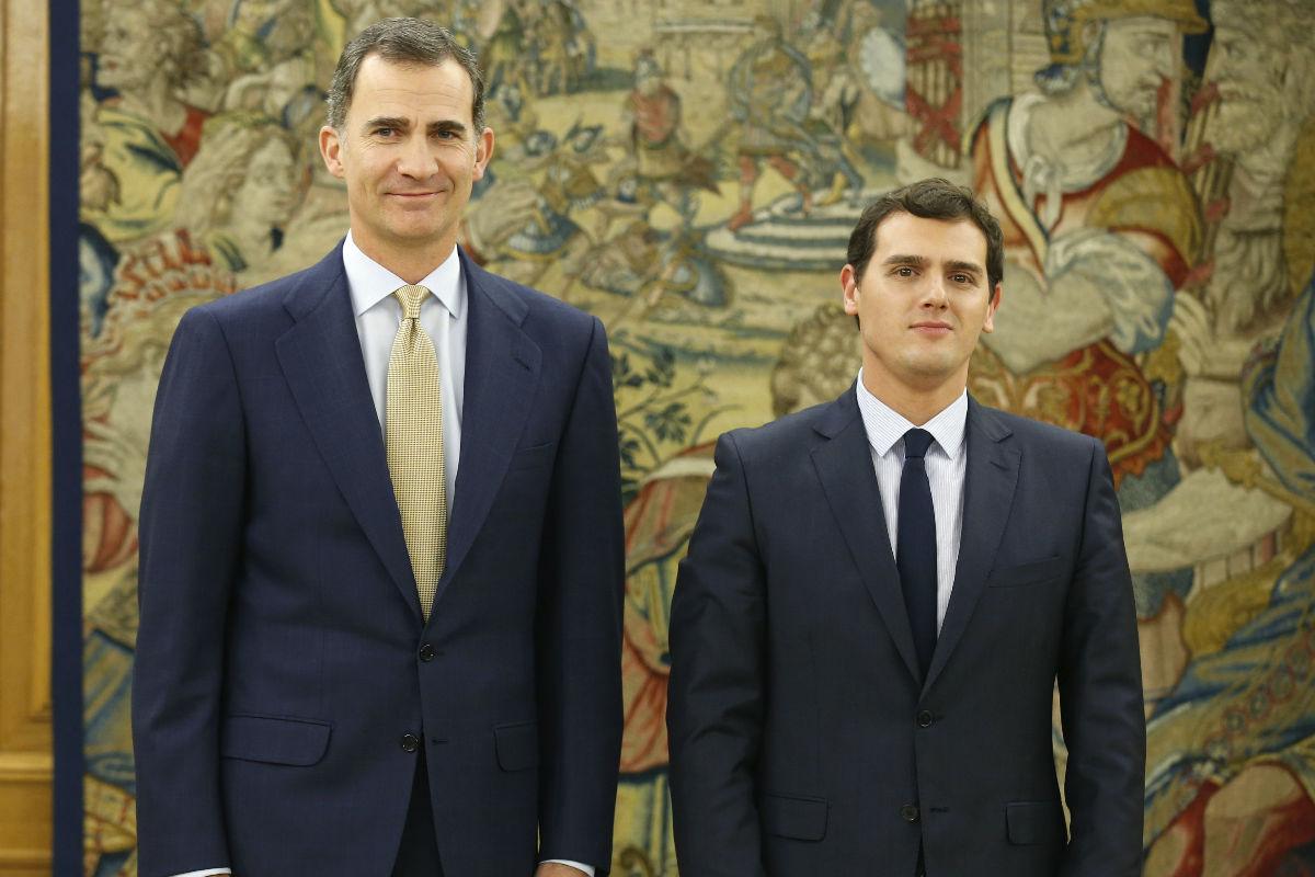 El Rey Felipe VI en una reunión con Albert Rivera. (Foto: EFE)