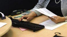 Funcionaria liquidando impuestos (Foto: GETTY)