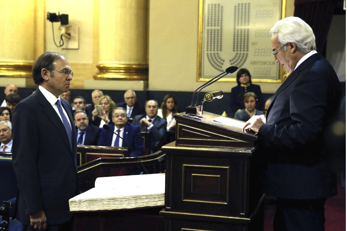 Pío García-Escudero jurando su cargo como presidente del Senado. (Foto: EFE)