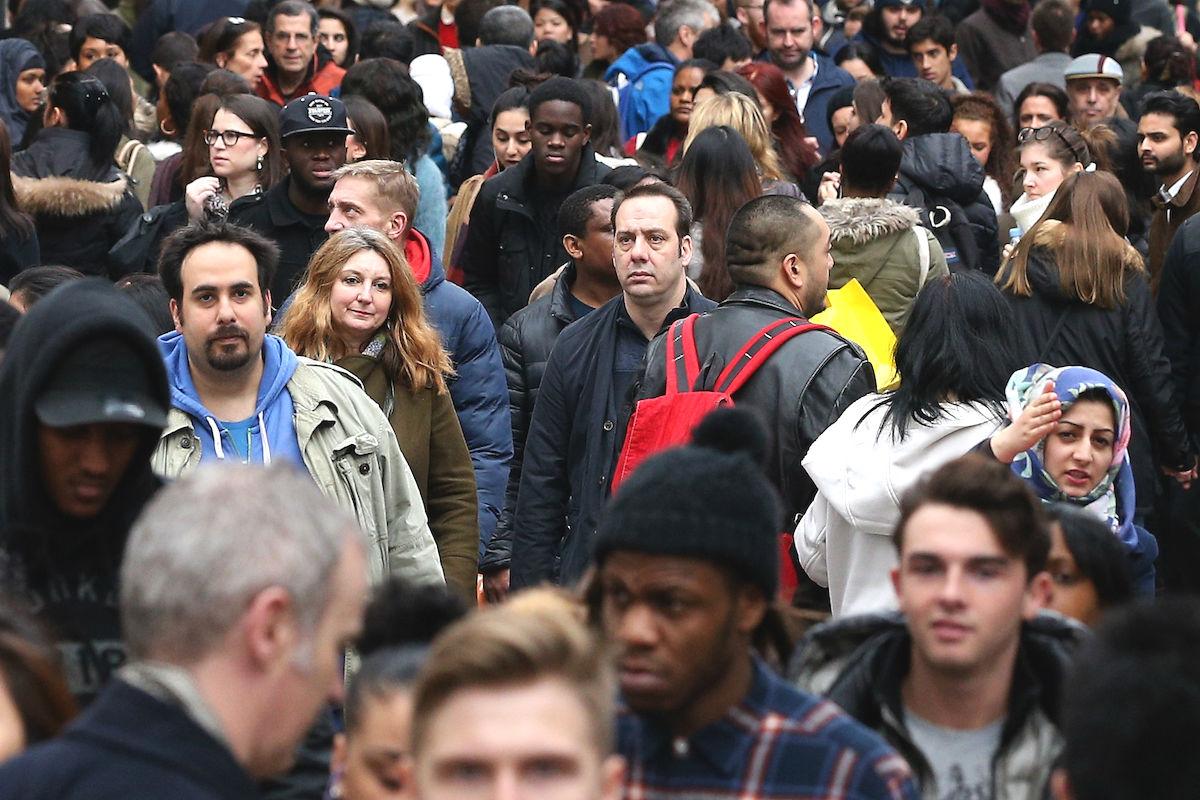 Gente comprando en las calles de Barcelona (Foto: GETTY)