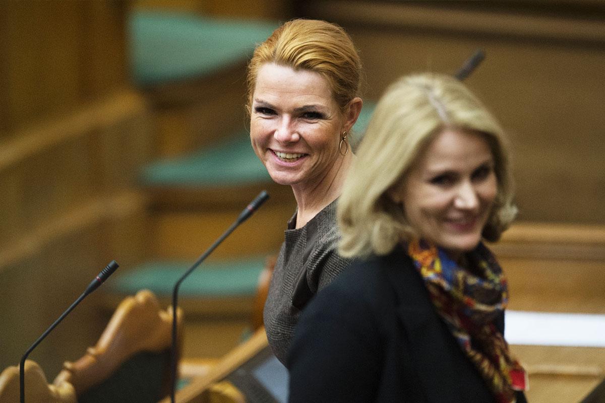La primera ministra danesa, Helle Thorning-Schmidt, y la responsable de Inmigración, Inger Stojberg. (Foto: AFP)