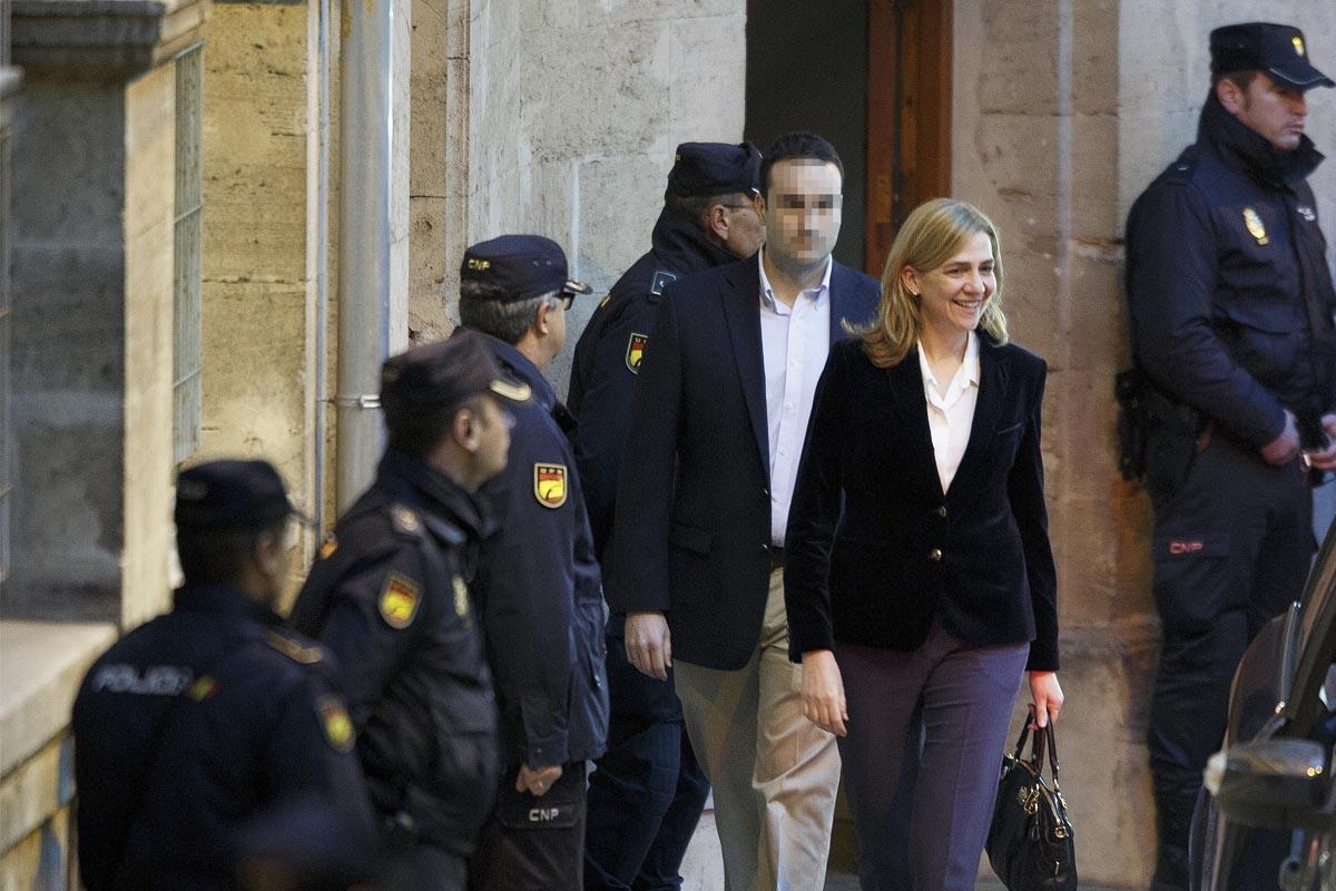 La infanta Cristina rodeada de policías a su salida de los juzgados de Palma. (Foto: Getty)