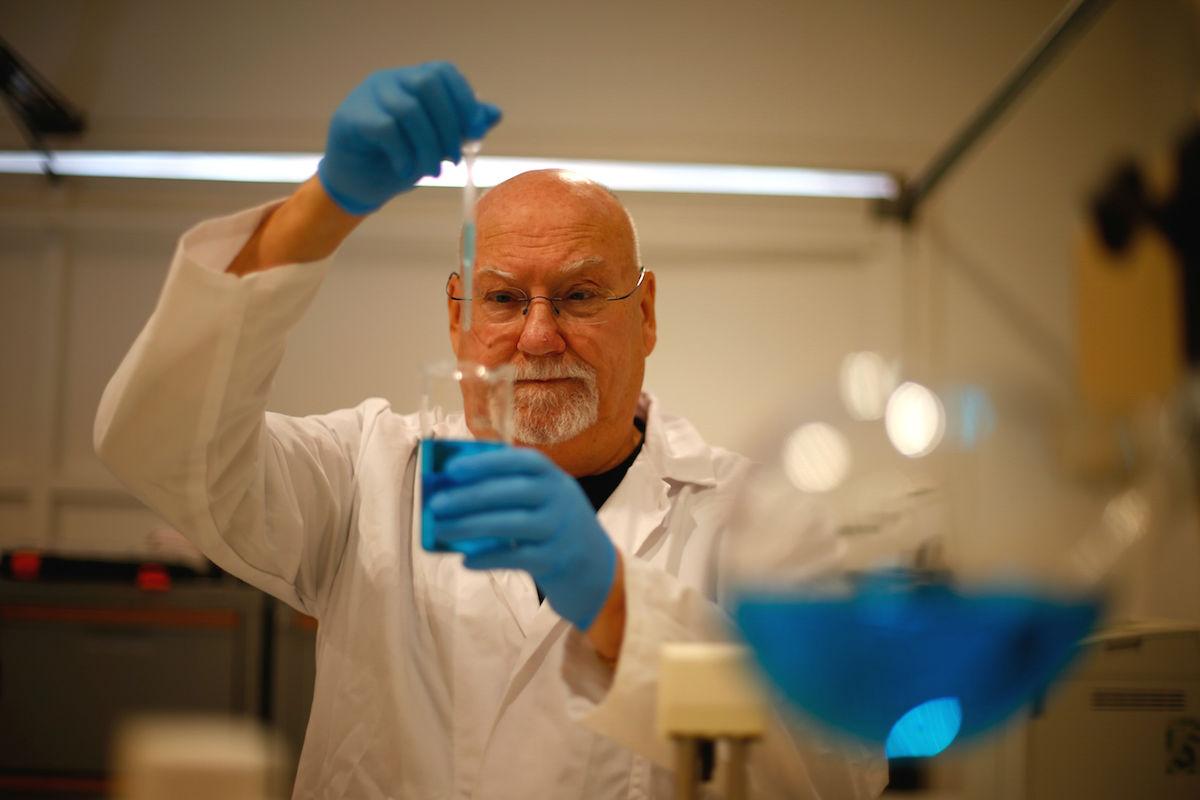 Investigador trabajando en su laboratorio (Foto: GETTY)
