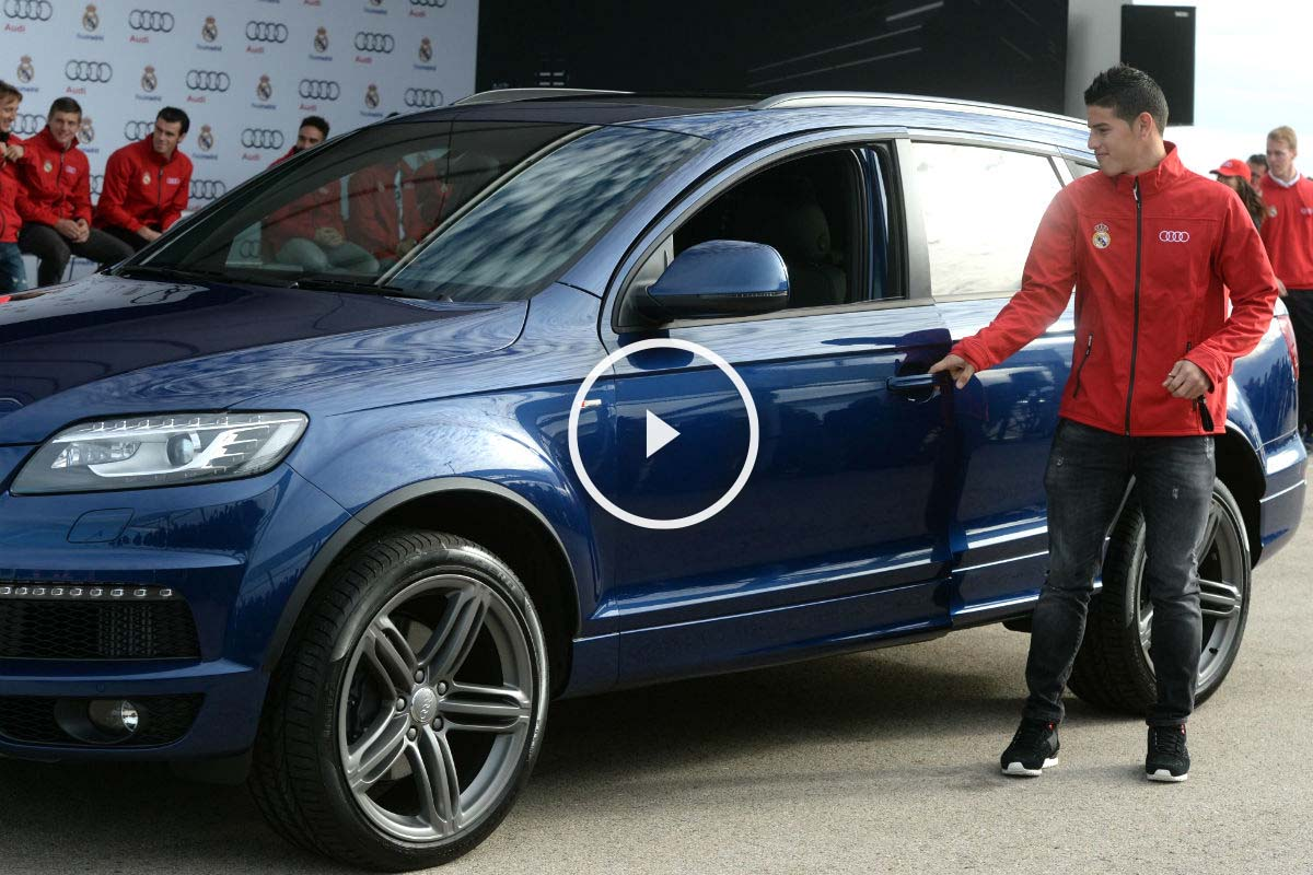 James, en el acto de entrega de los Audi. (Getty)