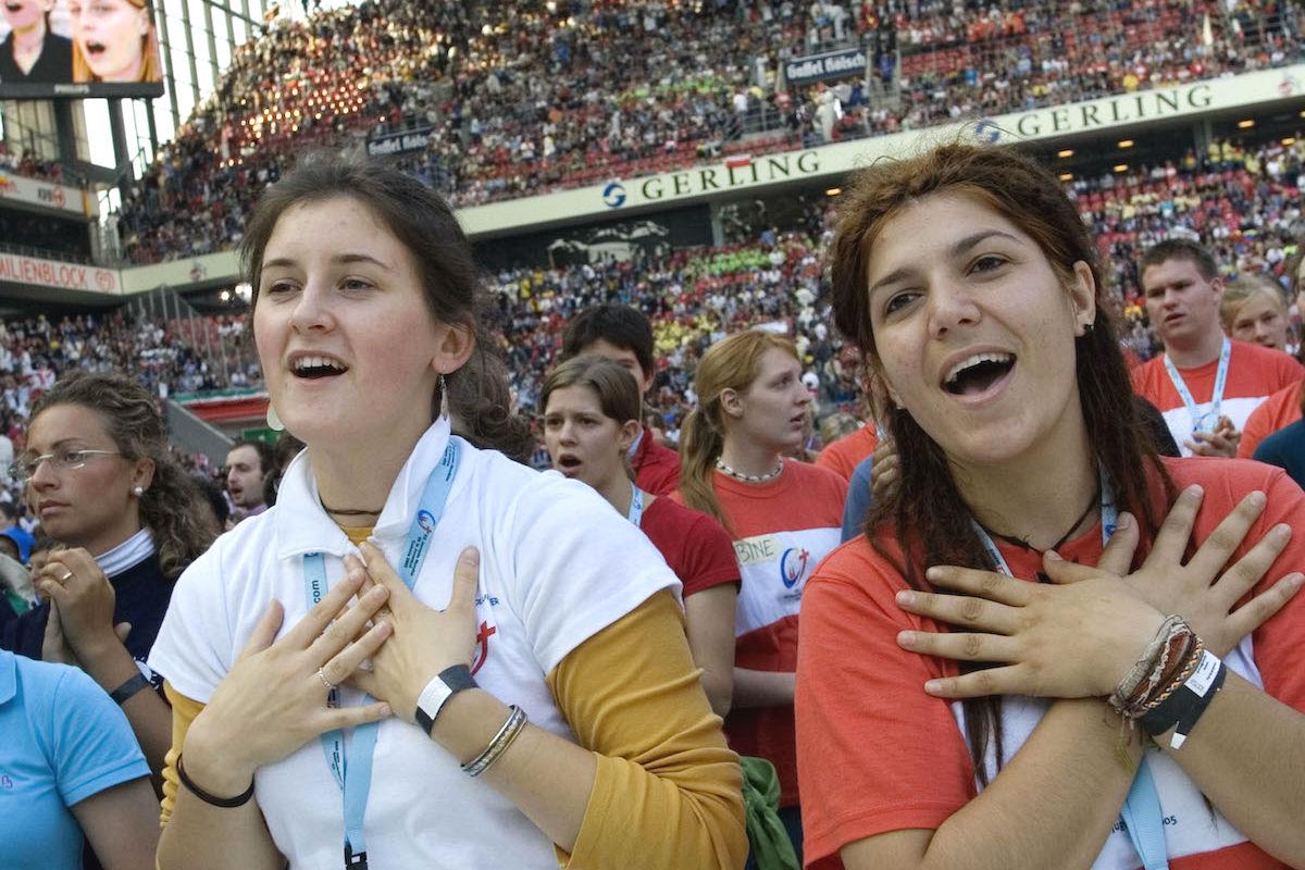 Jóvenes españolas en un acto religioso (Foto: GETTY)