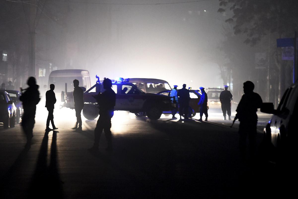 Policías acordonan la zona del atentado. (Foto: AFP)