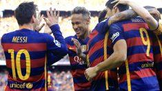 Messi choca la mano con Messi en la celebración del segundo gol del Barça. (AFP)