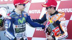 Marc Márquez y Jorge Lorenzo se saludan en el podio.