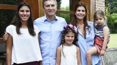 Mauricio Macri, con las hijas del fiscal Alberto Nisman (Foto: Reuters)