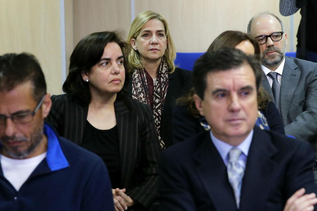 Jaume Matas en primera fila y la infanta Cristina oculta en el último lugar de los acusados. (Foto: EFE)
