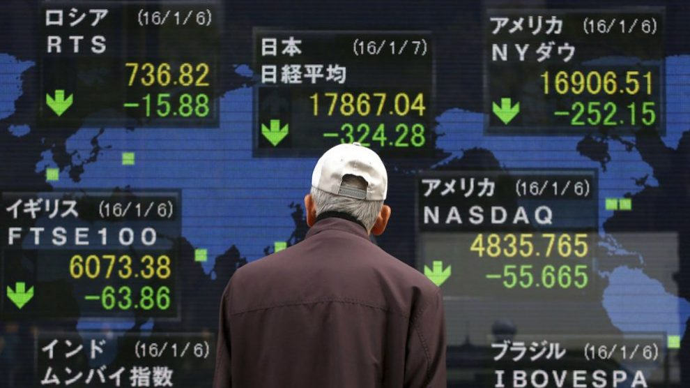 Un ciudadano observa las caídas de las Bolsas en una pantalla electrónica en las calles de Tokyo. (Reuters)