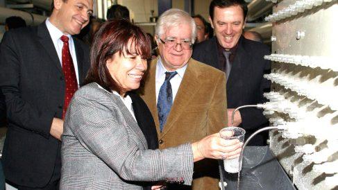 La ministra de Medio Ambiente, Cristina Narbona, en 2006 durante la inauguración de la desaladora del Canal de Alicante. (Foto: EFE)