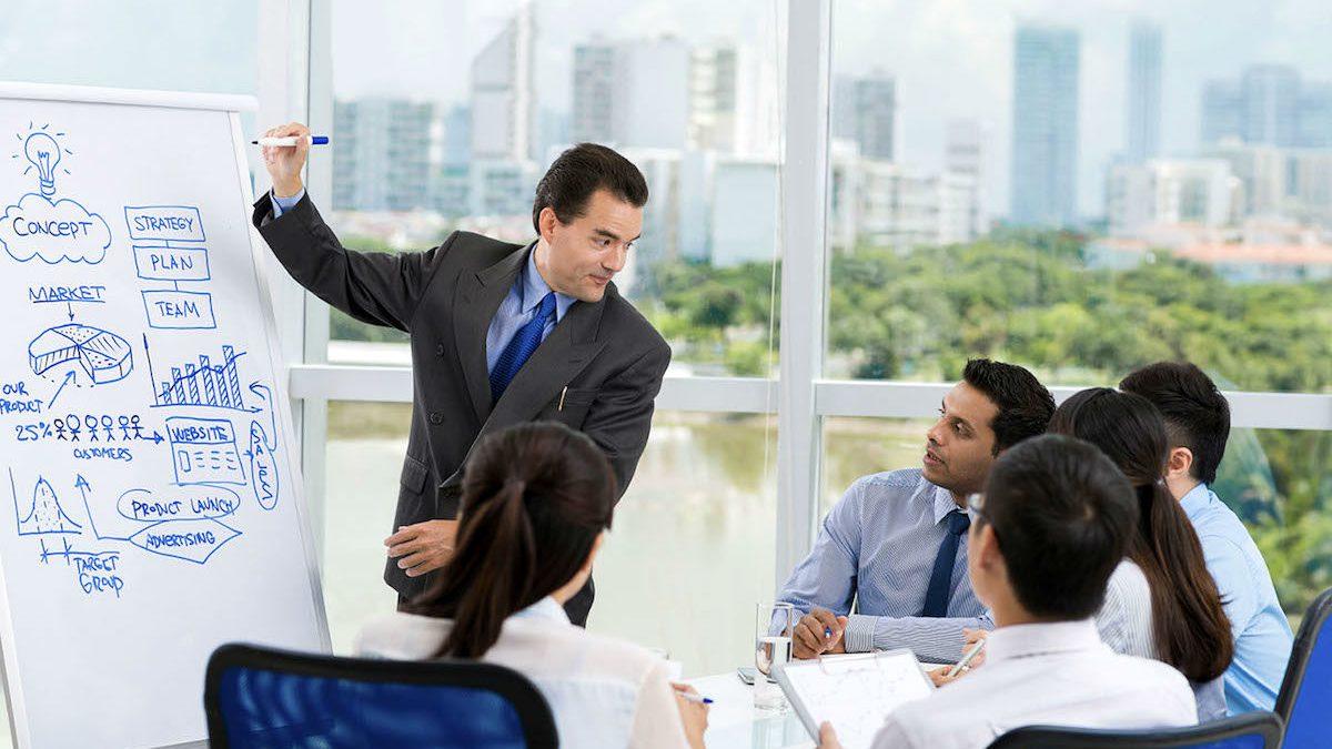 Directivo realizando una presentación en una empresa. (Foto: Getty/iStock)