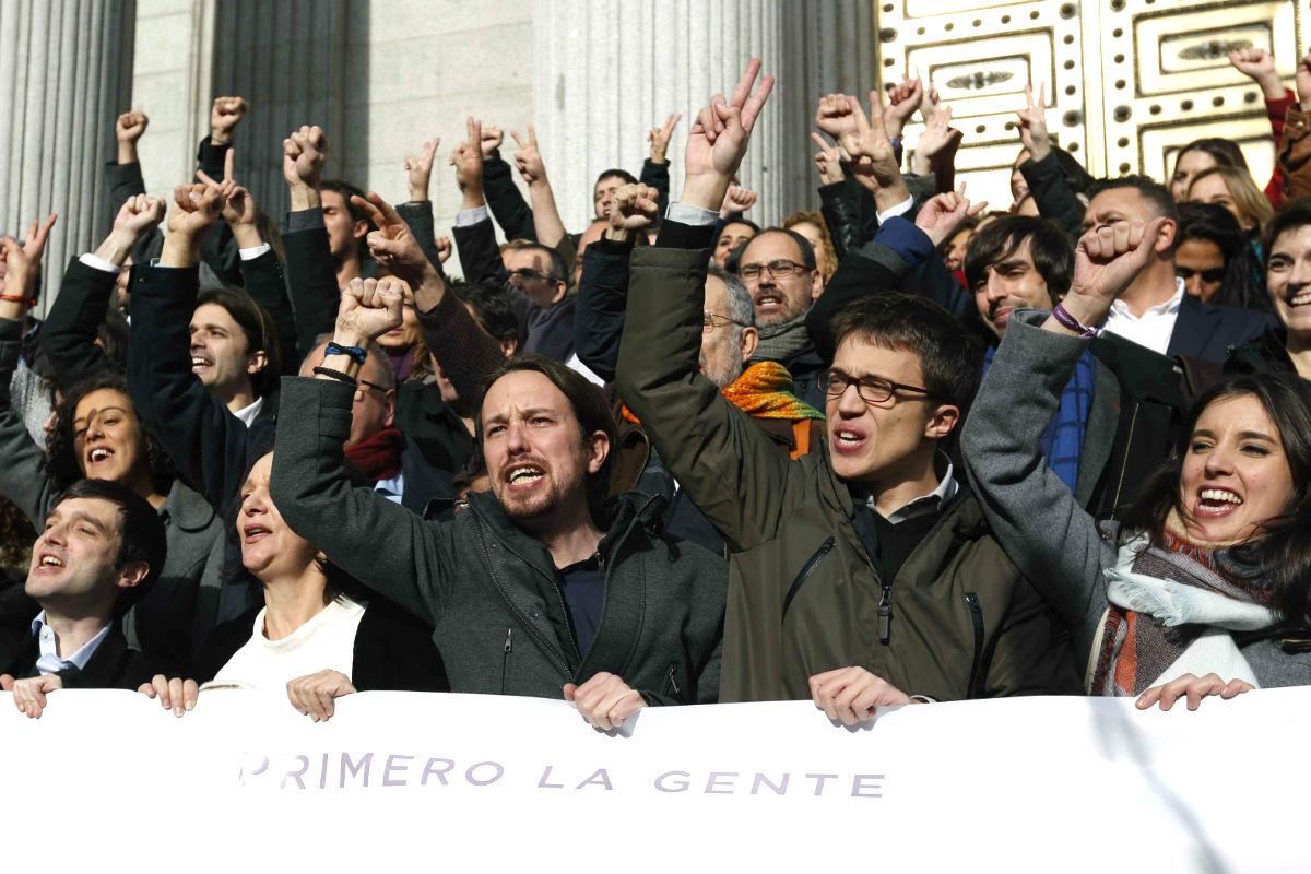 Iglesias y Errejón, rodeados por los diputados de Podemos a las puertas del Congreso (Foto: Efe)