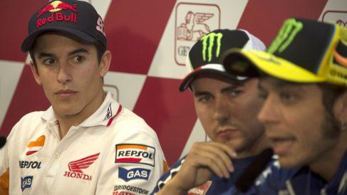 Rossi, observado por Lorenzo y Márquez en una rueda de prensa.