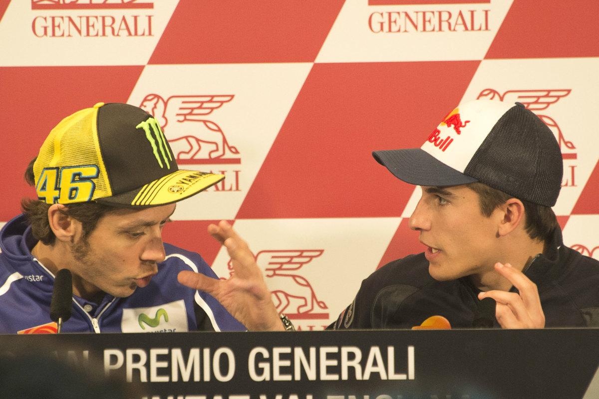 Rossi y Márquez discuten en una rueda de prensa. Los que se pelean, ahora se desean. (AFP)