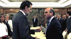 Mariano Rajoy conversa con Luis de Guindos (Foto: GETTY).