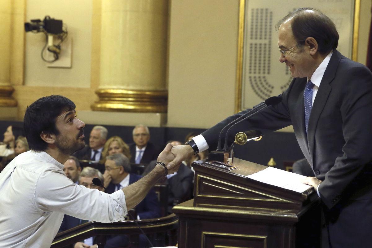 Ramón Espinar jurando su cargo como senador. (Foto: EFE)