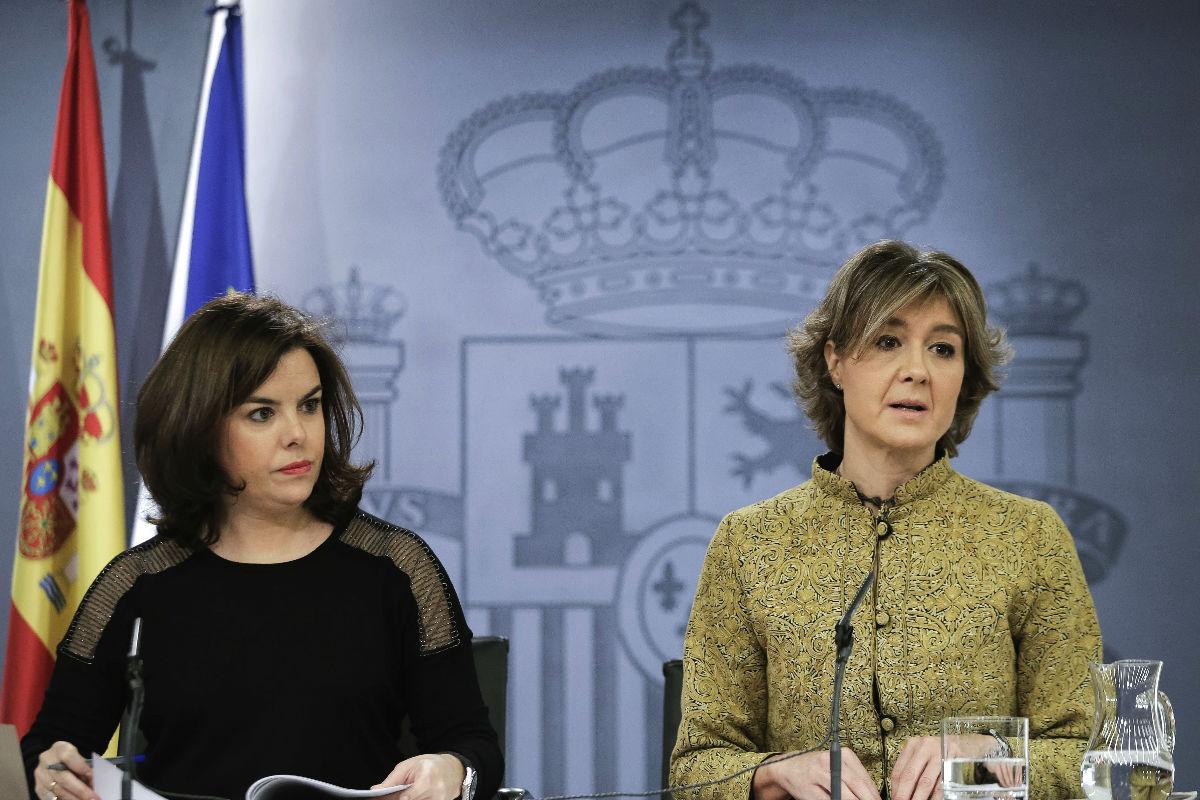 Soraya Sáenz de Santamaría con García Tejerina en la rueda de prensa posterior al Consejo de Ministros. (Foto: EFE)