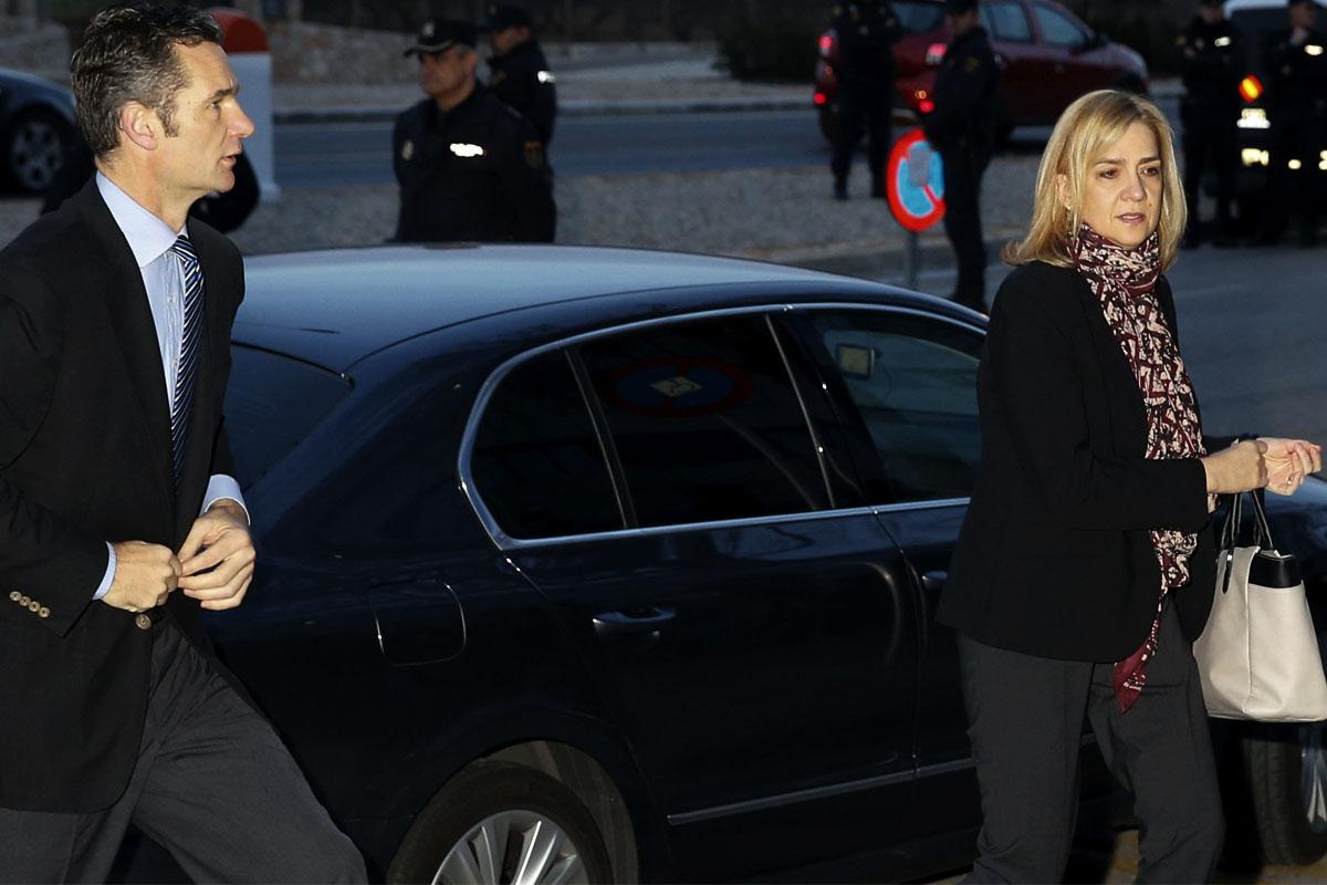 Iñaki Urdangarin y la infanta Cristina a su llegada a la sala donde se celebra la vista por el caso Nóos. (Foto: EFE)