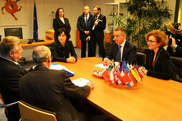 El político vasco reuniéndose en Bruselas con autoridades comunitarias. (Foto: Fernán González)