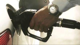 Usuario de diesel repostando (Foto: GETTY)
